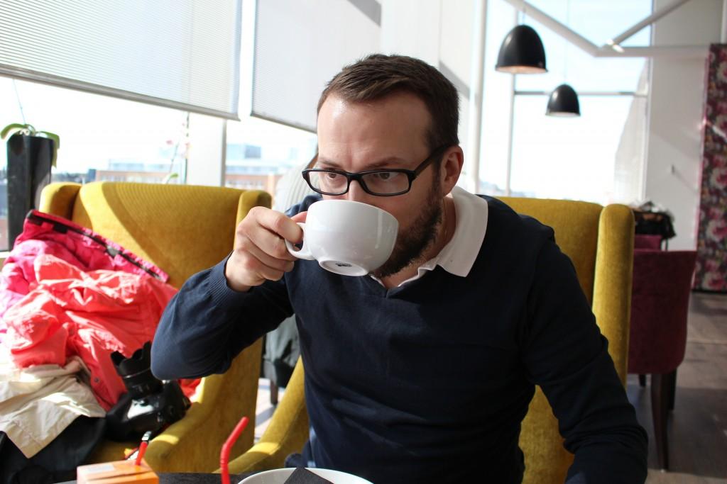 Mannen tyckte det itne det var några större problem att va trebarnsfarsa utan tog det lugnt och drack kaffe:)